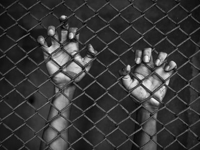 Des fonctionnaires locaux et des officiers de la Marine sont régulièrement soupçonnés d'être impliqués dans le trafic d'êtres humains à travers la Thaïlande, mais les poursuites sont rarissimes, comme les interpellations de trafiquants.