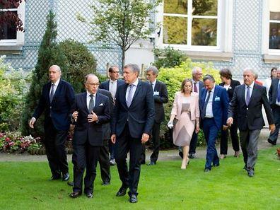 Le ministre de l'Intérieur français, Bernard Cazeneuve (2e à partir de la gauche) parle avec le ministre du Développement durable et des Infrastructures, François Bausch, accompagné de Felix Braz, ministre de la justice.