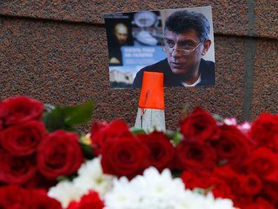 Des fleurs ont été déposées à l'endroit où Boris Nemtsov a été tué par balles, près du Kremlin au centre de Moscou, le 28 février.