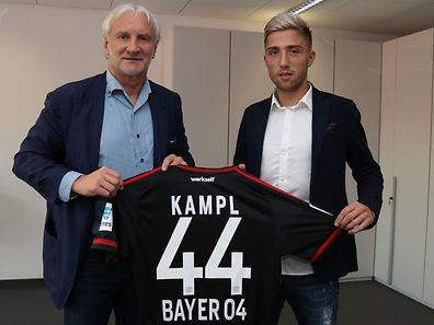 Kevin Kampl nach der Vertragsunterschrift mit Sportdirektor Rudi Völler.