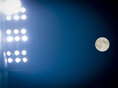 La Super Lune du 9 septembre vue du stade Josy Barthel.