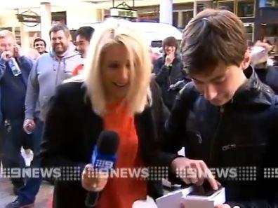 Das iPhone dieses jungen Mannes aus Perth dürfte die ersten Kratzer abbekommen haben.