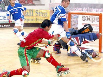 """OLI03: 20030927: OLIVEIRA DE AZEMEIS: O portugues,Ricardo Pereira,(E) disputa a bola com o frances GUirec Henry durante o encontro Portugal vs Franca do """" 36 Mundial de Hoquei Patins Oliveira de Azemeis 2003"""" a decorrer no Pavilhao Salvador Sa Machado, em Oliveira de Azemeis.FOTO JOAO ABREU MIRANDA/LUSA"""