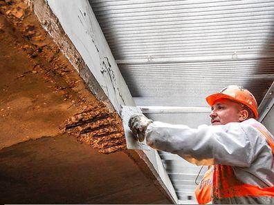 Die Korrosionsschäden am Beton werden entfernt, danach wird Frischbeton aufgetragen.