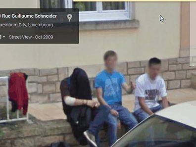 Da will jemand in der Rue Guillaume Schneider nicht erkannt werden, und hat sich die Jacke über den Kopf gezogen.