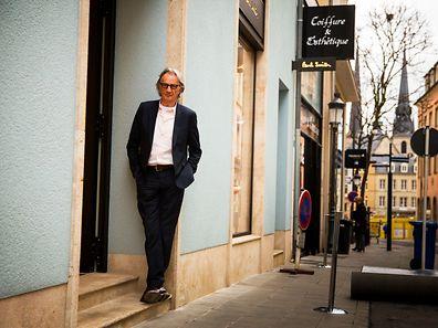 """Paul Smith rue du Fossé à Luxembourg, sur le pas de porte de """"sa"""" boutique."""