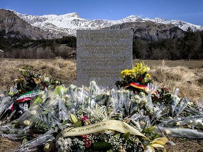 La stèle à la mémoire des victimes du crash de l'A320 érigée sur les lieux du drame