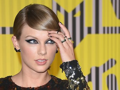 Taylor Swift arrives on the red carpet at the MTV Video Music Awards (VMA), August 30, 2015 at the Microsoft Theater in Los Angeles, California.            AFP PHOTO/Mark RALSTON