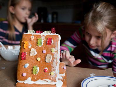Da schlagen Kinderherzen höher: Beim Verzieren eines Lebkuchenhäuschen darf genascht werden.