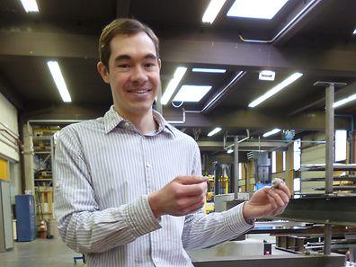 Einer der Studierenden und Doktoranden der ersten Stunde: Dr. Mike Tibolt zeigt eine Punktglashalterung ? Thema seiner Doktorarbeit - im Forschungslabor der Bauingenieure der Universit�t Luxemburg