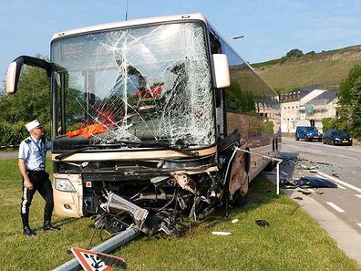 Der Bus landete mit dem Vorderteil auf einer Wiese.
