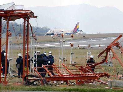 L'appareil, qui arrivait de l'aéroport d'Incheon près de Séoul, a heurté de plein fouet une antenne de communication située à 300 mètres en amont de la piste.