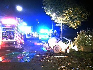 Bei dem Aufprall wurde das Auto mit den beiden 19-Jährigen in zwei Teile gerissen.