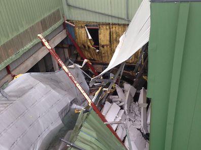 Das Leichtbau-Dach war aus unbekannten Gründen herabgestürzt.