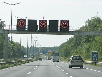 Wegen Ozon-Smog gilt eine Geschwindigkeitsbegrenzung von 90 km/h.