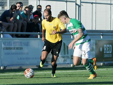 Hakim Menaï (l.) im Duell mit Rovers-Spieler Luke Byrne.