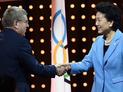 Chinas Vize-Premierministerin Liu Yandong begrüßt IOC-Präsident Thomas Bach in Kuala Lumpur.