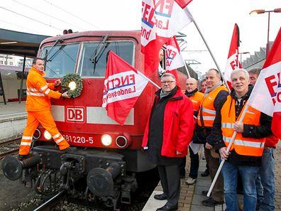 FNCTTFEL-Mitglieder demonstrieren gegen die Einstellung der Intercity-Verbindung nach Deutschland – und nehmen Abschied.