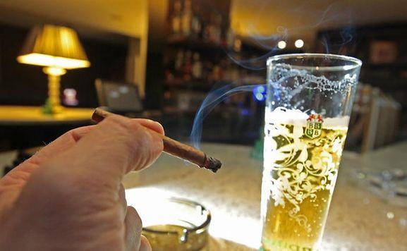 Bisher war das Rauchen nur während der Essenszeiten verboten, ab 2014 soll es generell in Kneipen und Restaurants gelten.