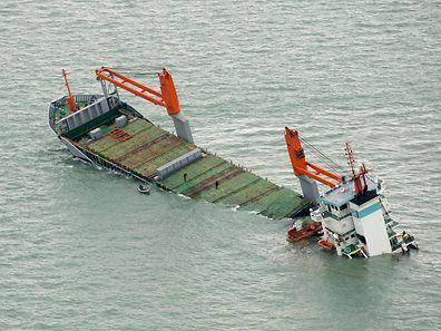 Die Flinterstar liegt auf einer Sandbank vor der belgischen Küste. Das Schiff verliert weiterhin Schweröl.