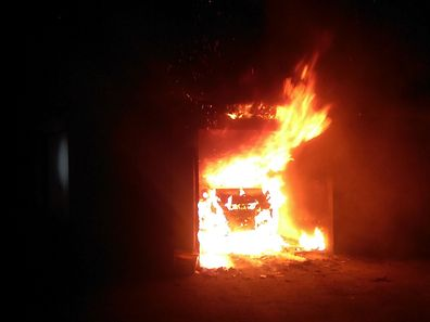 Le feu a pris dans un garage, avec une voiture à l'intérieur.