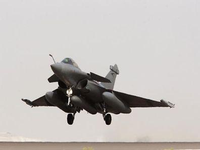 """Deux Rafales """"frappeurs"""", qui se sont envolés des Emirats arabes unis, ont ciblé une nouvelle fois un centre d'entraînement de l'EI à Raqa."""