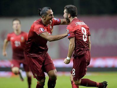 Moutinho (à droite) a délivré le Portugal et Bruno Alves lui en sera éternellement reconnaissant