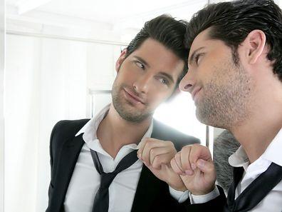 Un sondage britannique montre que les hommes se regardent en moyenne 10 minutes par jour dans un miroir, bien plus que les femmes.