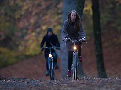 Raus trotz Dämmerlicht: Gegen das Herbsttief hilft Bewegung - zum Beispiel Radfahren.