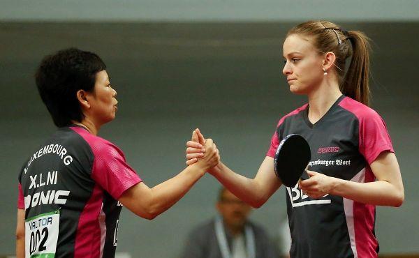 Ni Xia Lian (l.) und Sarah de Nutte holten im Teamwettbewerb im Tischtennis Gold.