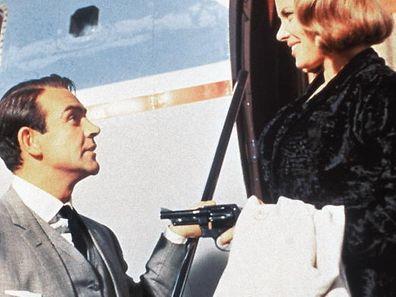 Immun gegen den berühmten Charme von James Bond (Sean Connery): Pussy Galore (Honor Blackman), Goldfingers aufregende Privatpilotin, erlebt eine literarische Wiederauferstehung.
