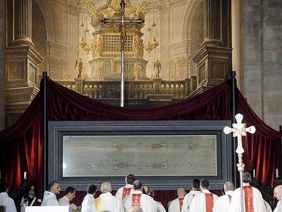 Le Saint Suaire exposé lors d'une messe en la cathédrale San Giovanni de Turin, dimanche matin.