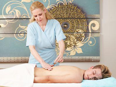 Zum Runterkommen legen sich Männer gerne auch auf die Massagebank und lassen sich am liebsten den Rücken kneten - kräftig, nicht gestreichelt.