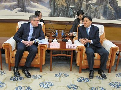 Minister François Bausch with Li Jiaxiang of the Civil Aviation Administration of China
