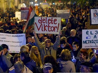 Tausende gingen am Freitag erneut gegen die geplante Abgabe in Budapest auf die Straße.
