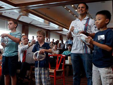 Mit der Spielkonsole Wii gelang Nintendo der bislang letzte große Hit: Hier fahren Kinder zusammen mit Formel-Eins-Fahrer Felipe Massa ein virtuelles Autorennen.