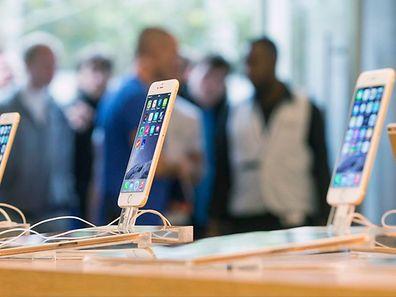 Des fans de la marque à la pomme attendent devant un Apple Store à Berlin, le 19 septembre
