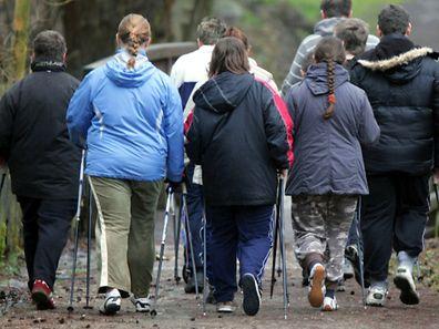 Eine Ernährungsumstellung allein reicht hier nicht: Damit Übergewichtige dauerhaft Gewicht reduzieren, ist eine Bewegungstherapie notwendig.