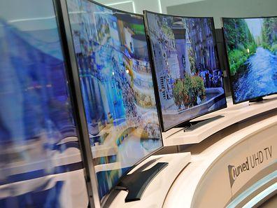 Wer einen TV mit Kurve wählt, muss mit hartnäckigeren Reflexionen rechnen, sagen Experten.