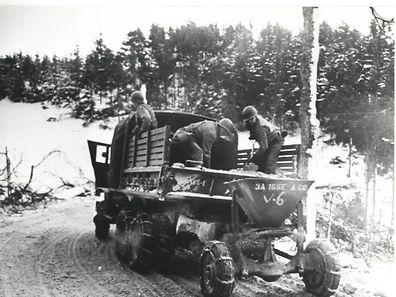 Improvisierte Schneebekämpfung der US-Army in Heiderscheidgrund.