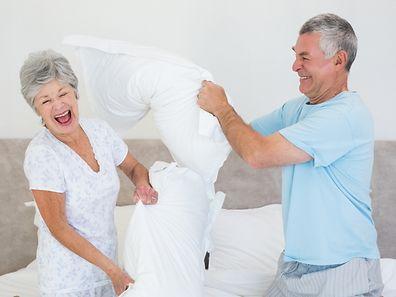 Contrairement aux idées reçues, la majorité des seniors (84%) s'affirment heureux, un quart d'entre eux estimant même que le bonheur augmente avec les années.