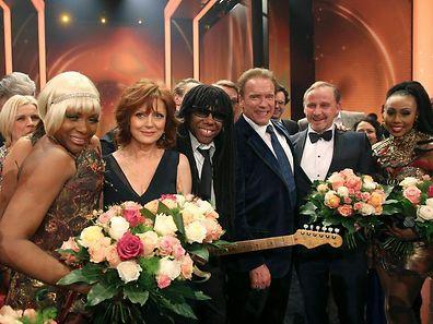 Folami, Sarandon, Rodgers, Schwarzenegger, Held und Davis auf der Bühne von 'Die Goldene Kamera'