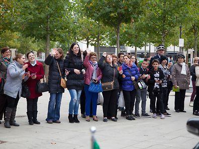 Um grupo de mulheres esperava o primeiro-ministro de Portugal à saída da escola do Brill