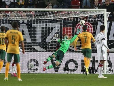 Ron-Robert Zieler musste bei diesem Freistoß der Australier geschlagen geben.