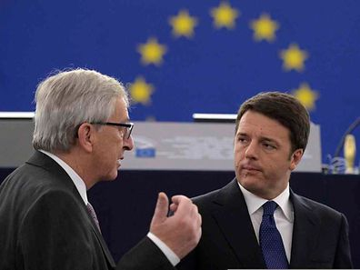 Jean-Claude JUncker im Gespräch mit dem italienischen Premierminister Matteo Renzi am Dienstag in Straßburg.