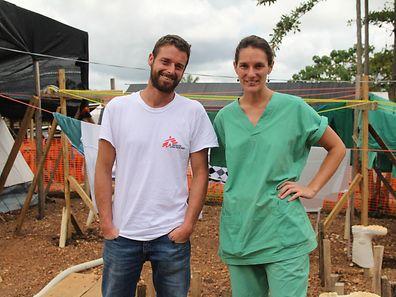 Was für andere die Hölle ist, ist für Géraldine Bégué ein Traumjob. Das Foto zeigt sie mit ihrem Freund Ewenn Chenard im Ebola-Behandlungenzentrum der Ärzte ohne Grenzen in Kailahun, Sierra Leone.