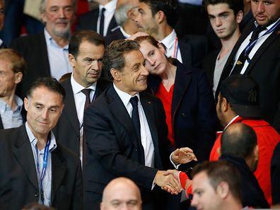 Nicolas Sarkozy serre les mains des spectateurs venus voir le match PSG - OL.