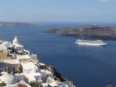 Die MSC Musica ankert vor Santorini. Ein Besuch dieser Insel ist und bleibt ein Höhepunkt jeder Mittelmeerkreuzfahrt.