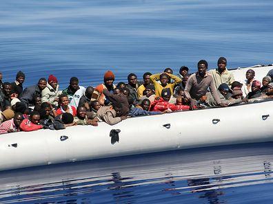 Immer wieder werden Flüchtlinge aus völlig überladenen Booten gerettet.