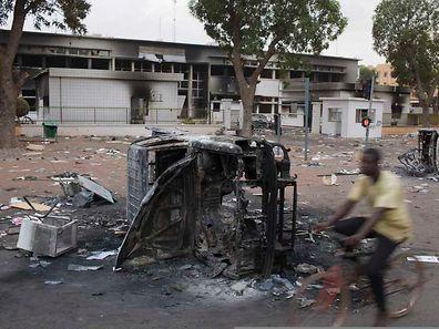 Ein Bild mit Symbolcharakter: Das Parlamentsgebäude in Ouagadougou ist abgebrannt.